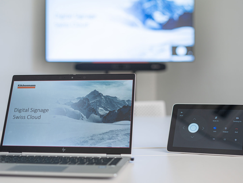 Laptop auf Tisch an Display angeschlossen