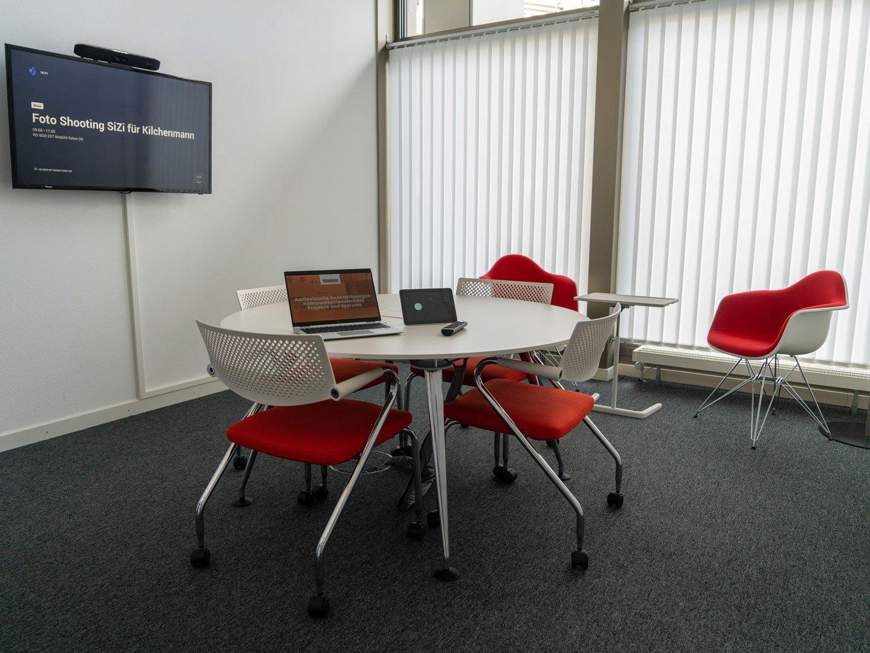 Sitzungszimmer mit Display