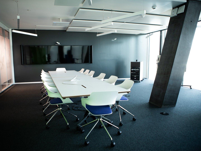 Grosses Sitzungszimmer bei Cognizant mit Displays und vielen Stühlen und einem Tisch