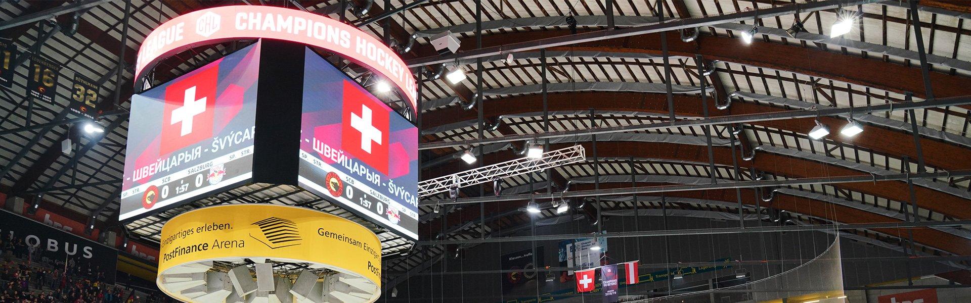 Der in der Mitte über dem Spielfeld hängende LED Videowürfel in der Postfinance Arena Bern