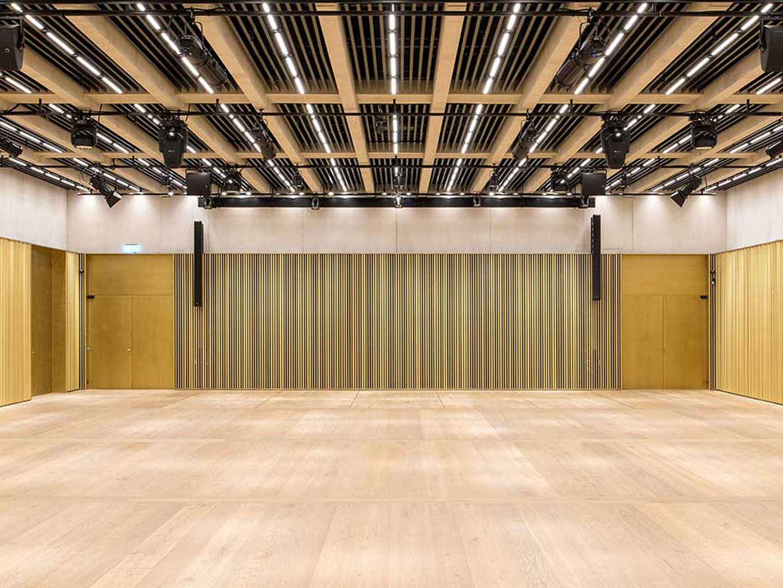 Referenzbild Kunsthaus Zürich ein grosser Saal mit Lautsprecher