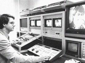 Kilchenmann Geschichte 1979 zeigt Mann vor Monitoren