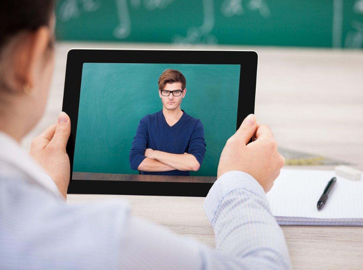 Schüler mit Lehrer in einer Videokonferenz
