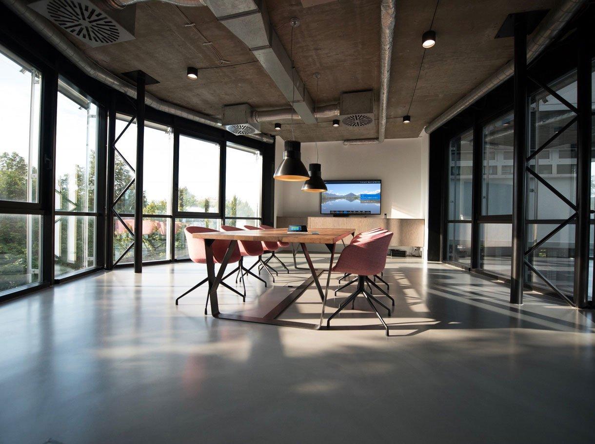 Videokonferenzsystem in modernem Sitzungszimmer